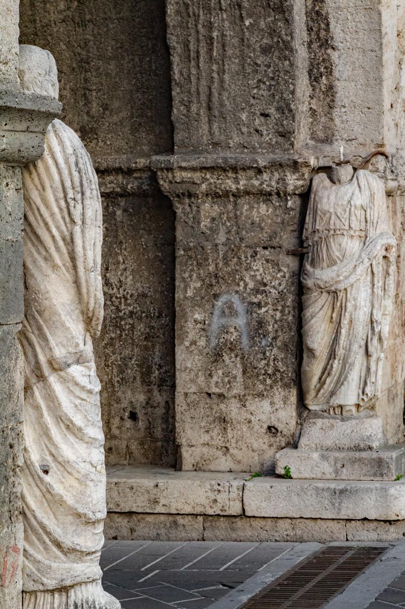 Statues Isernia belltower
