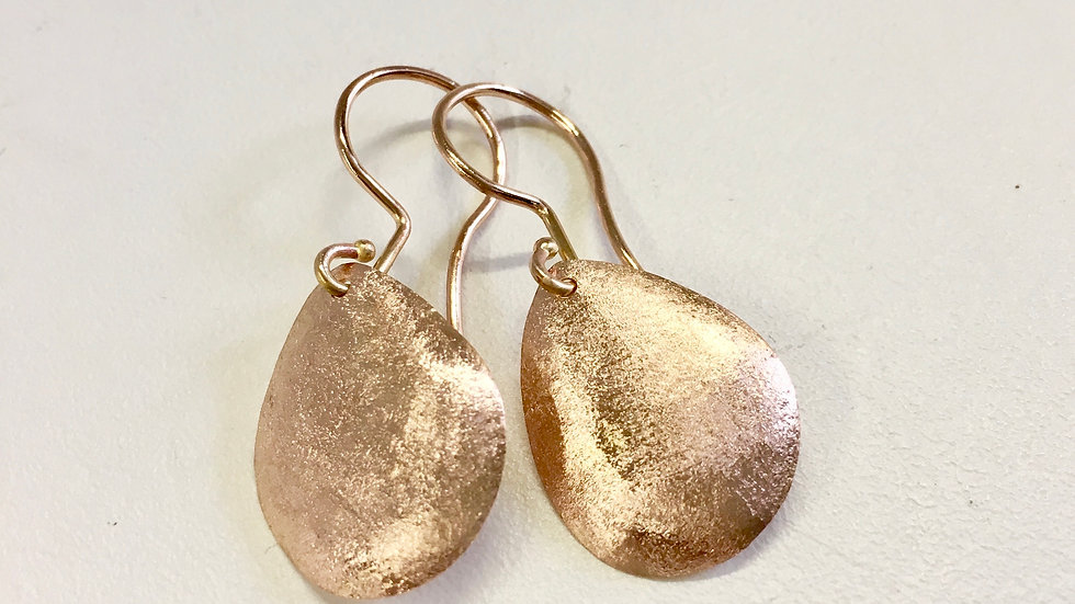 Ohrhänger mit geschmiedeten Goldtropfen, Grösse ca. 2x2.5cm.