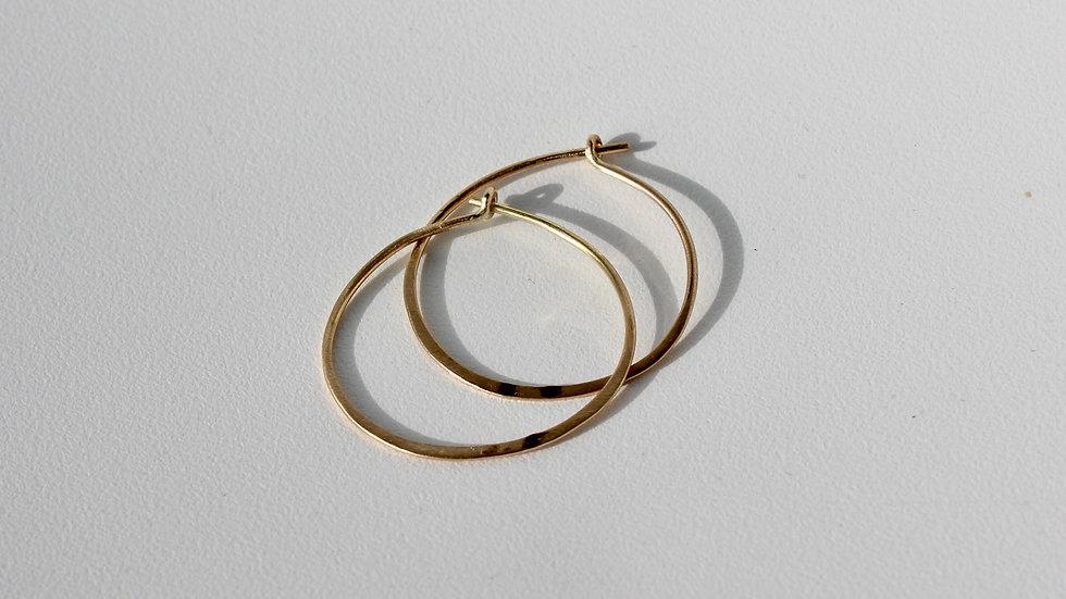 Feine, geschmiedete Goldkreolen Ø ca. 2.7cm.