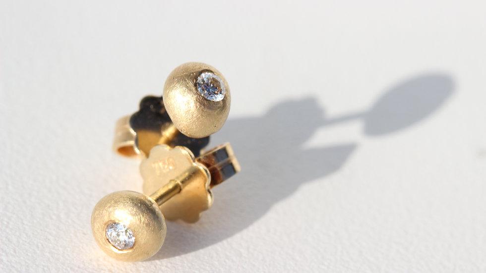 Gold-Ohrstecker mit eingeriebenen Brillanten.