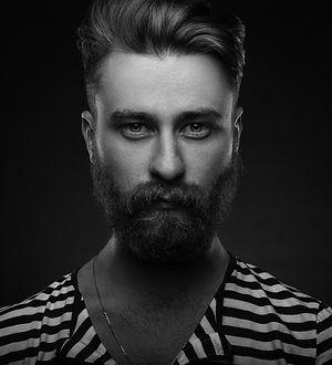 Hip homme barbu en chemise rayée