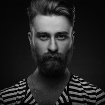 Hip hombre con barba en camisa rayada