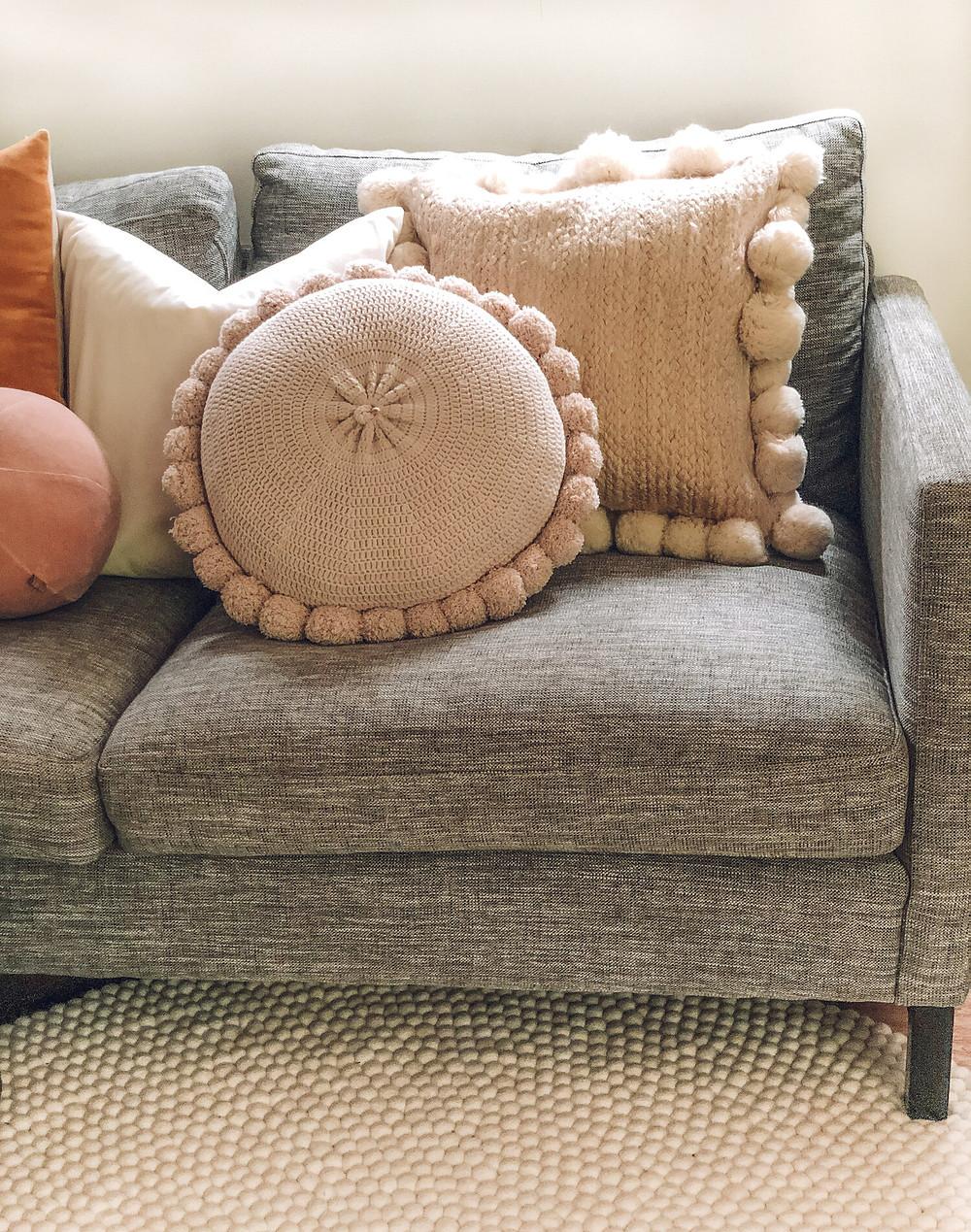 Tiny home using white round rug.