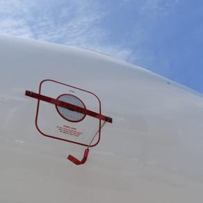 """""""REMOVE BEFORE FLIGHT"""" oznake"""