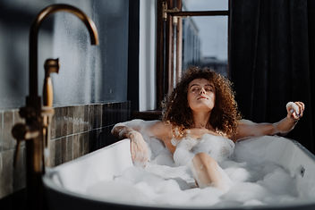 woman-in-bathtub-with-water-4155478.jpg