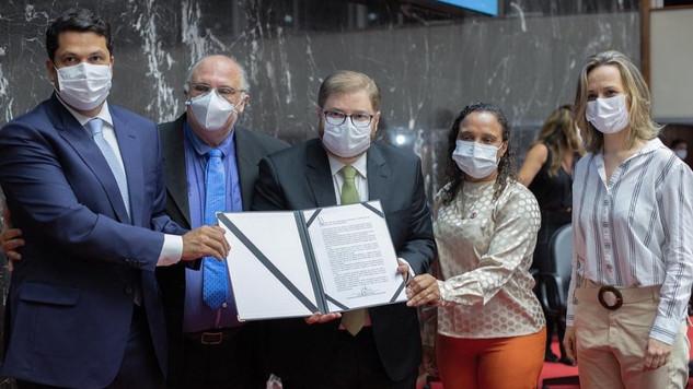 ALMG assina Carta de Compromisso Nacional pela garantia do Parto Seguro. Documento é da SOBRASP.