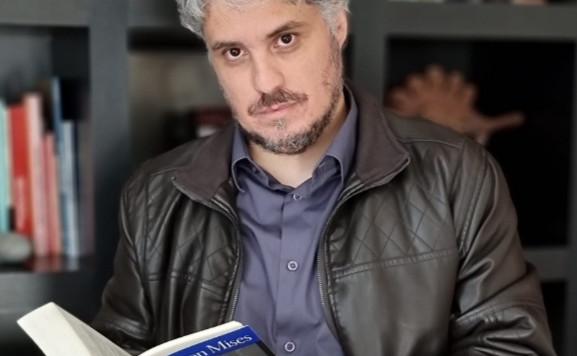 """Livro. Recomendo o """"Raízes do Totalitarismo"""" de Guilherme Dantas Paoliello. Editora Danúbio."""