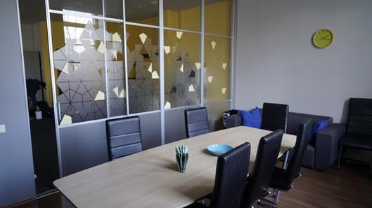 Biroja dizaina noformējums uz stikla sienām
