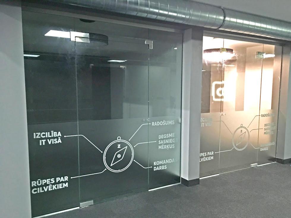 Biroja stiklu aplīmēšana ar smilšu strūklas līmplēvi. Bite Latvija. Rīga