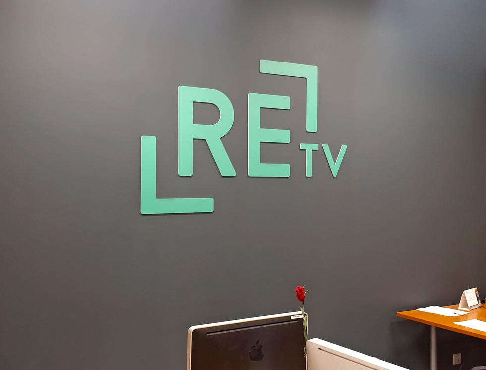 Logo izvietošana uz sienas - RE:TV