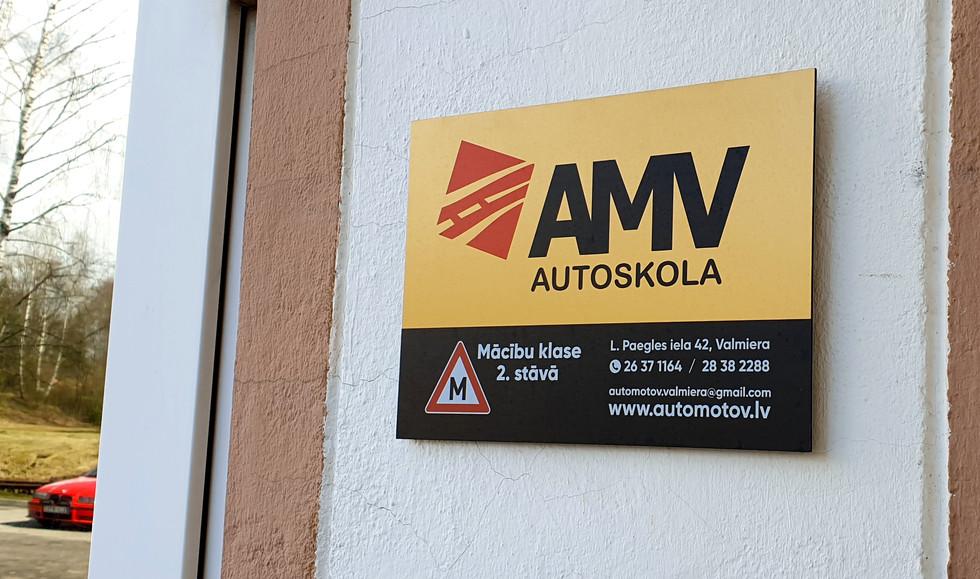 Ieejas mezgla norāde - plāksnīte - AMV Autoskola