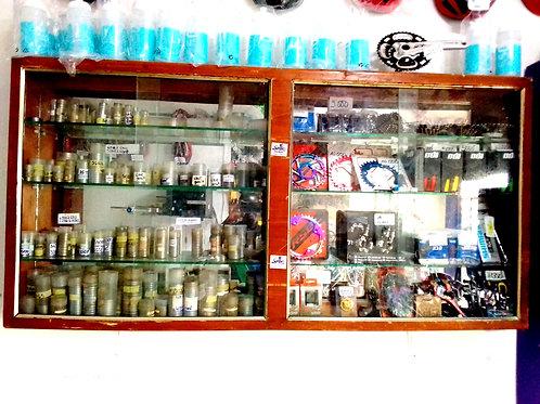 vitrine de pièces et accessoires