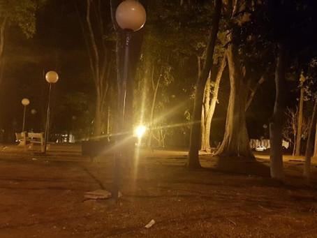 Falta de iluminação em praças afeta segurança da população