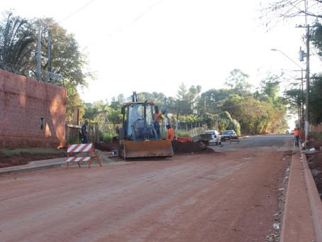 Obras de asfaltamento seguem regularmente na Chácara Flora