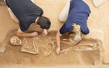 excavating-skeleton-at-ashkelon-1.jpg