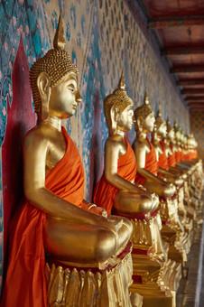 Статуи Будд в одном из храмов Бангкока, Тайланд.