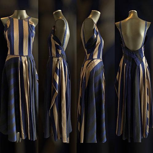LV/5623 - Vestido Tafetá de Seda Listrado c/ detalhes em nervuras