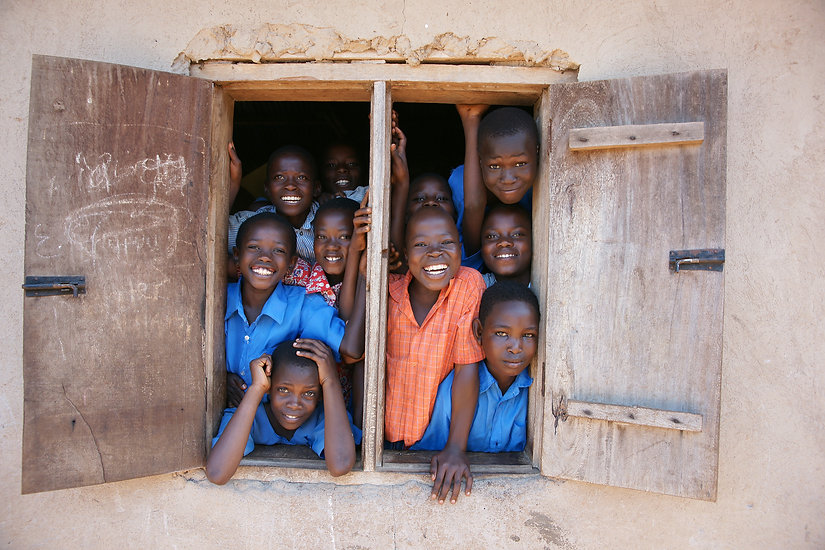Bambini felici ricevono aiuti in Africa