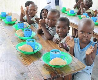 Mani Unite sostegno distanza. Bambini che mangiano.