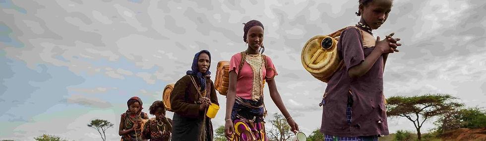 Donne cercano acqua. Programma Acqua Vita Mozambico.