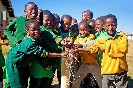 Mani Unite Mozambico. Bambini lavano mani.