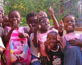 Mani Unite Mozambico. Bambine scuola salutano.