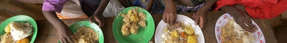 Mani Unite. Adozione sistanza Mozambico. Bambini mangiano.