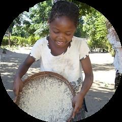 Mani Unite. Bambina africana prepara cibo.