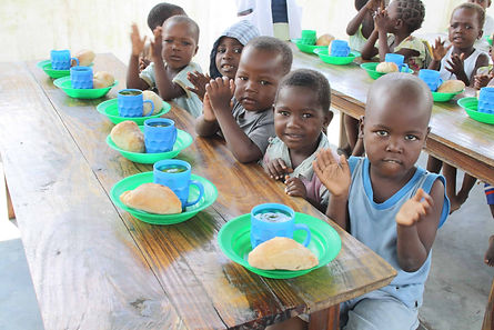 Mani Unite Mozambico. Bambini mangiano asilo.