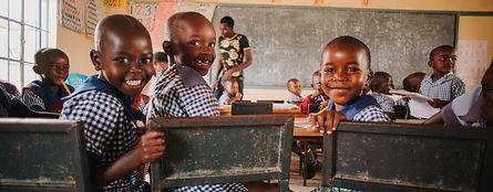 Mani Unite Mozambico. Bambini studiano scuola.