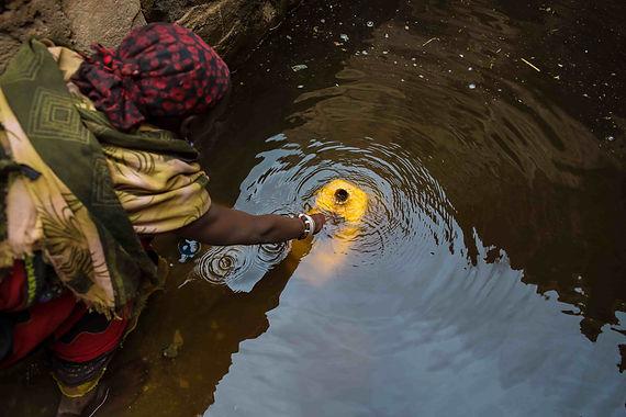 Acqua Vita Mozambico. Donna prende acqua.