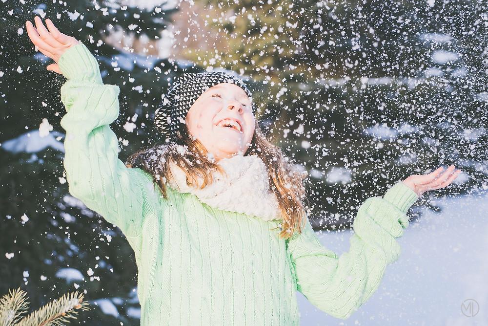 Photo enfant joue avec la neige en hiver Lexia Mont Royal Montréal Marie Deschene