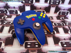 www.nintendo-collection.com  - Nintendo N64 Controller Pokemon Blue and Yellow bleue et jaune.jpg