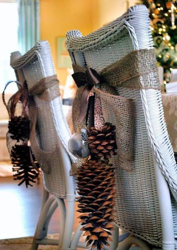 Sillas con lazos decorativos y bellotas para navidad