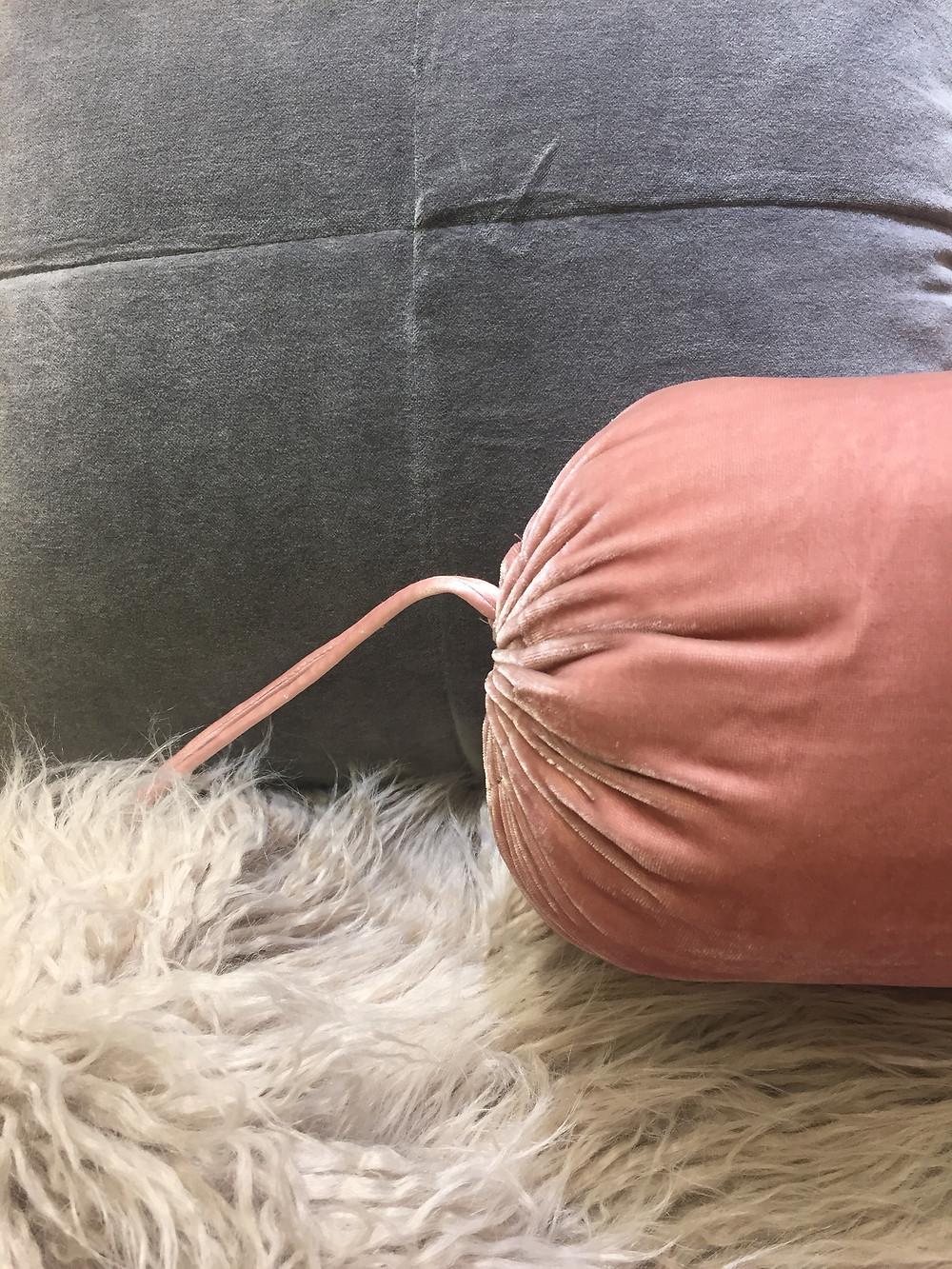 Combinación de cojines cuadrado y tubular con throw en pelo largo gris