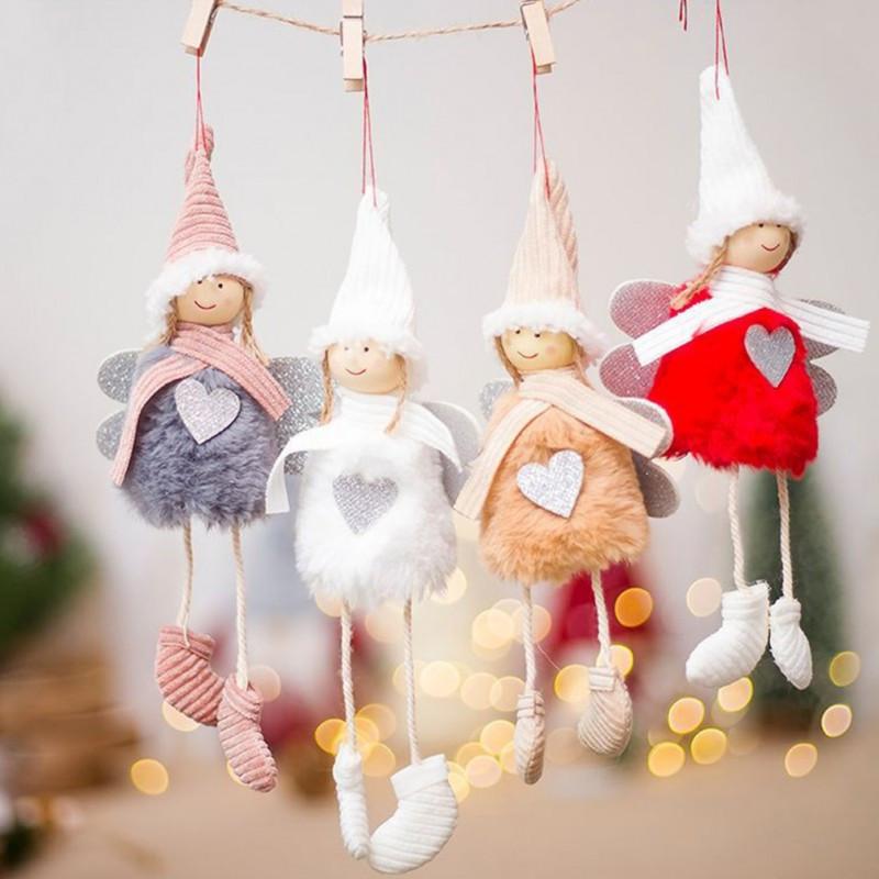 Muñecos con forma de ángel, colgando de una cuerda.