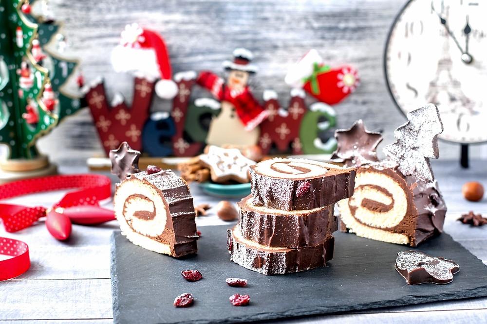 Golosinas en Navidad sobre una pieza de piedra de pizarra