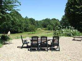 terras meubels grote tafel en 8 stoelen uitzicht op zwembad petits-fours in Busserolles