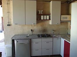 afwasmachine Beko en gaskookplaat in buitenkeuken gite la grange Busserolles Frankrijk Petits-fours