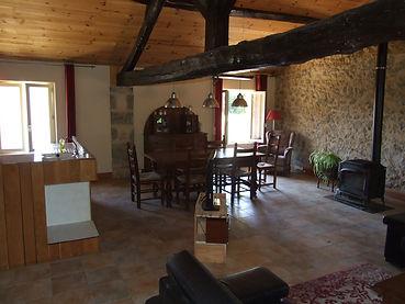 woonkamer met hout kachel petits fours Busserolles