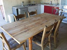 tafel 2.00 x1.00 m met stoelen gite la grange Busserolles Frankrijk Petits-fours
