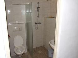 Kleine badkamer met toilet,wastafel en douche met bronwater in vakantiehuis La grange inBusserolles