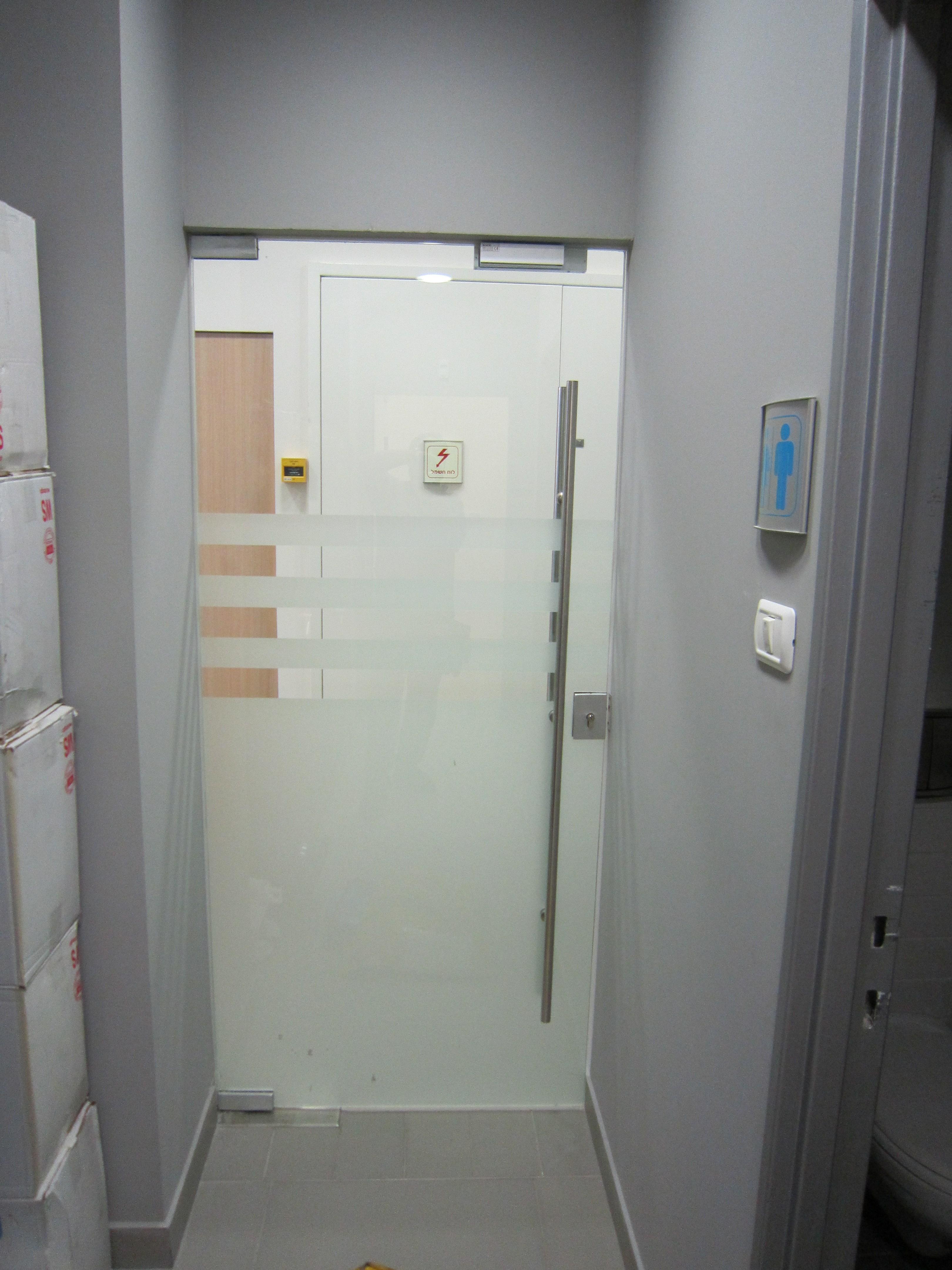דלת עם נעילת אלקטרומגנט.JPG