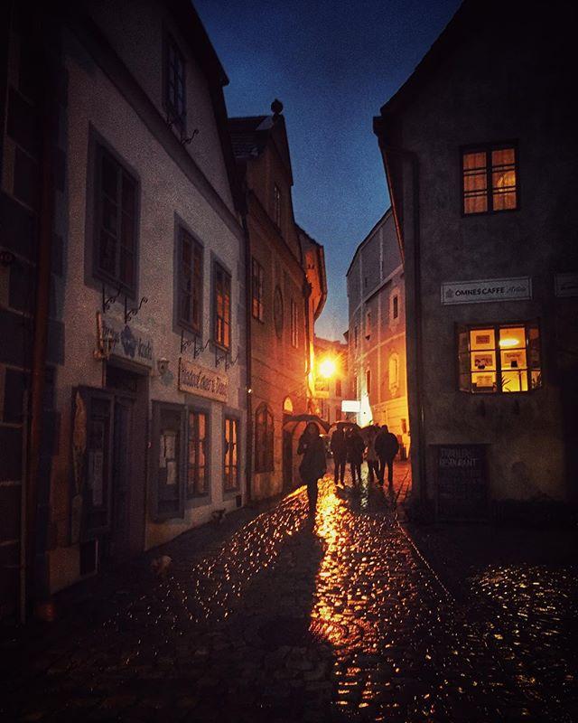Rainy nights of Cesky Krumlov #czechrepublic #ceskykrumlov #wanderyall #citystreets #castle #medieva