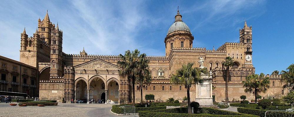 Палермо - столица острова Сицилияв Италии и центр одноименной провинции, расположенный на восточном побережье острова у подножия горы Пелегрино.