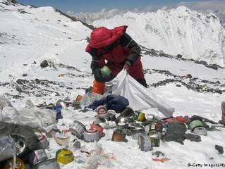 Poluição e o lixo: um grande problema do mundo moderno que atinge nossas montanhas e todo o ecossist
