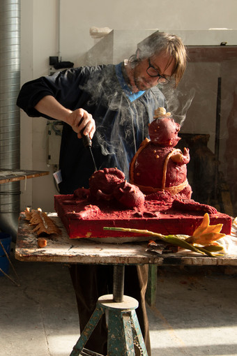 Veit Laurent Kurz retouching the wax model