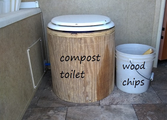 Compost tpoilet with wood chips bucket