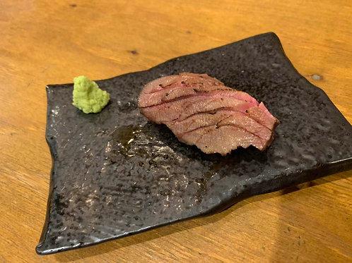 《二クバルダカラ》牛タン炙り寿司1貫