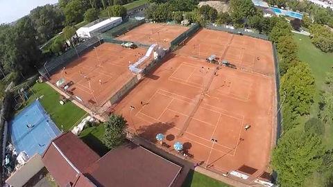 teren tenis cu piciorul satu mare.jpg